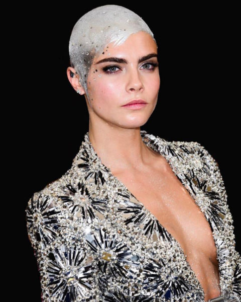 Cara Deleveigne no hair bald met gala